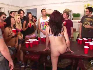 Mabuk seks pesta liar dengan seksi telanjang gadis kacau dan licked di itu tabel