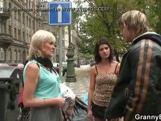 Стар бабичка проститутка rides голям meat