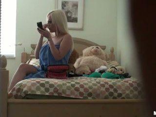 Blondine meisje betrapt naakt op verborgen camera