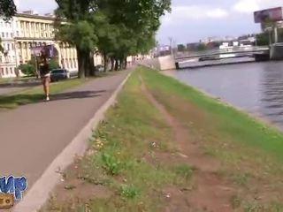 Amateur slet met in de straat en geboord video-