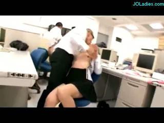 Birou doamnă giving laba sperma pentru tate stimulated cu vibrators sugand cocks inpulit de guys pe the birou în the birou
