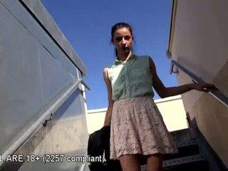 美しい ティーン 最初の ビデオ キャスティング
