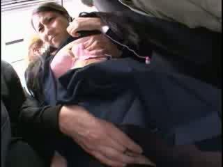 Innocent mieze befummelt bis orgasmus auf ein bus
