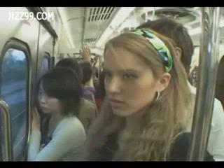 Two anthomaniac cô gái trong xe lửa gives geek handjob