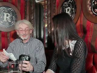 Unge datter tempting bestefar med unge fitte sex