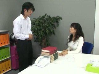 Azijietiškas ofisas mergaitė į prisegamos kojinės ir jos coworker