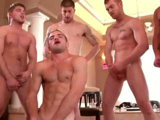 Bien built studs enjoying une gay orgie