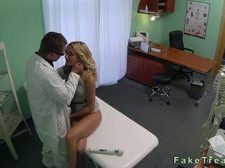 Karstās blondīne sales rep fucked līdz a ārsts uz viņa birojs
