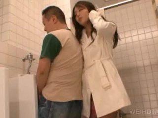 Bitchy asiatico giovanissima gives pompino in pubblico