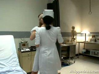 Enfermeira é surprised por dela mamalhuda paciente