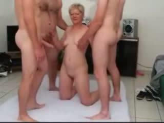 Sandy een rijpere gangbanged door weinig dicks