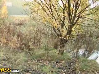 Schattig babe taking hard piemel outdoors video-
