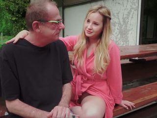 Έφηβος/η κόρη πατήσαμε για disturbing βήμα γριά μπαμπάς από