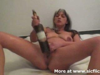 残忍な フィスティング と ワイン bottles 作る 彼女の 噴出