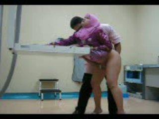 Arab nena en rosa gets su coño eaten fuera entonces follada desde detrás vídeo