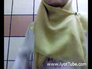Muslim najstnice s prstom muca na prha soba