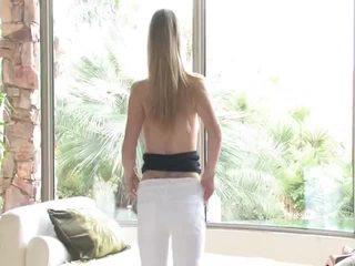 Danielle acquires undressed 然后 uses 她的 玩具 上 她的 阴道