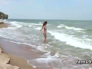 Agatha d teasing henne hot fitte i den river