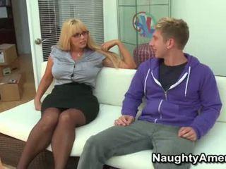 Duży cycuszki blondynka momma opens szeroki na młody kutas