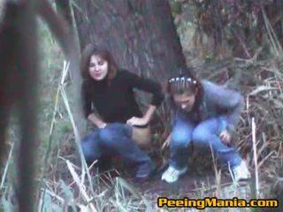 Kanak-kanak perempuan menangkap kencing dalam yang hutan