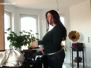 Nadine pie mājas spēlē ar viņai krūtis