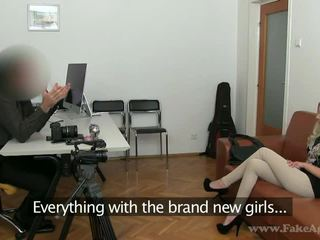 Hoikka blondi julia enjoys hänen porno tryout