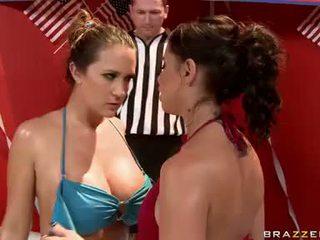 Sweaty שחרחורת hotties ב bikinies having חם לסבית קטטת נשים