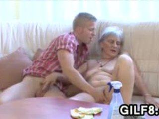 Vechi curatenie doamnă gets inpulit de o tineri guy