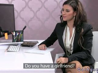 Female agent inpulit pe o birou în birou
