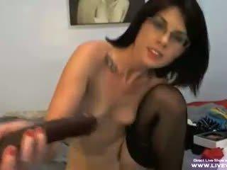 Klein titted brunette sharron met bril masturbates