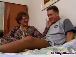 Grootmoeder gets geneukt door grandson in wet