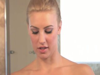 Anne angelic rondborstig blondine getting naakt en vingeren poesje