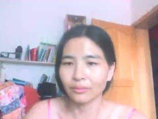 Китайски милф flashes малък гърди