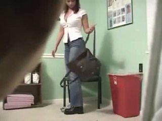 Kails pusaudze meitene pie the slimnīca - slēpts kamera