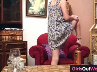 Charming amateur meisje speeltjes haar harig kut