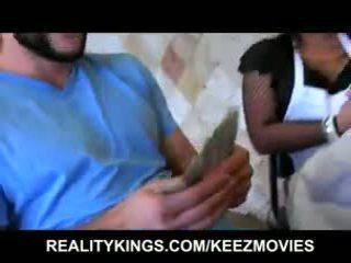 Seksi latina pelayan wanita has sebuah thick kontol di belahan dada bokong dan sebuah cinta untuk uang tunai