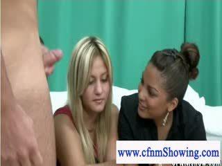 Uzbudinātas apģērbta sievete kails vīrietis meitenes putting cocks līdz the pārbaude