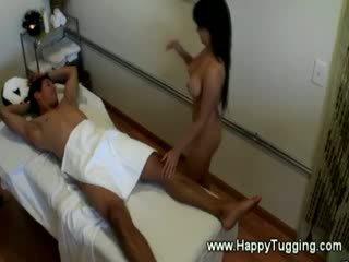 Naakt masseuse loves grabbing op zijn hard piemel gedurende zijn massage