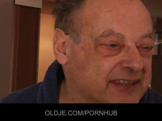 Vana inetu mees fuck two imeilus noor tüdrukud
