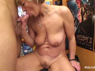 Sexy cô gái tóc vàng trưởng thành fucks anh ta trong các video cửa hàng: độ nét cao khiêu dâm e4