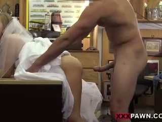 Pawn guy fucks sexy babe in the backroom