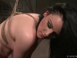 Heet meesteres punishing sexy brunette