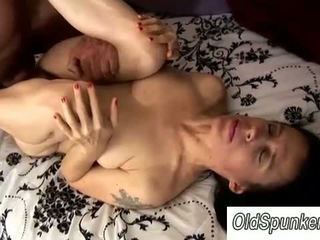 Sexy rijpere babe enjoys sommige voet neuken plezier
