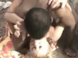 Pieauguša blondīne screams no a thick melnas loceklis video