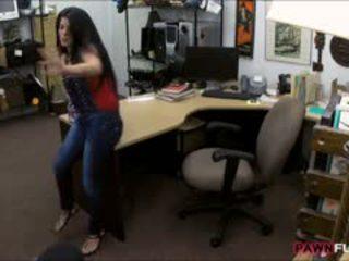 Pieptoasa cubanez puicuta sells ei televizor și inpulit în the camera din spate