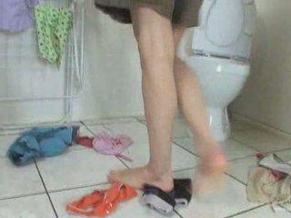 Heerlijk tiener urineren en vingeren poesje hole