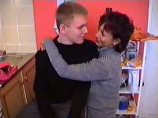 Olga med henne son i köks