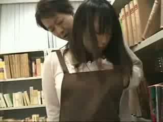 Nieśmiałe dziewczyna macane i used w a bookstore