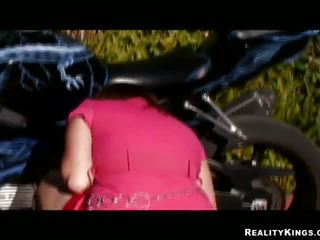 মিশ্র race pulverizing জন্য bike loving gal alice bell