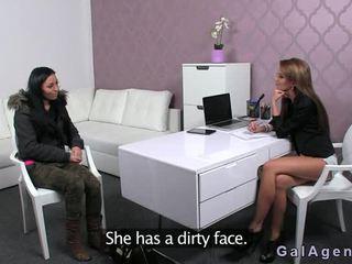 Gorące brunetka toying na casting w przedni z female agent
